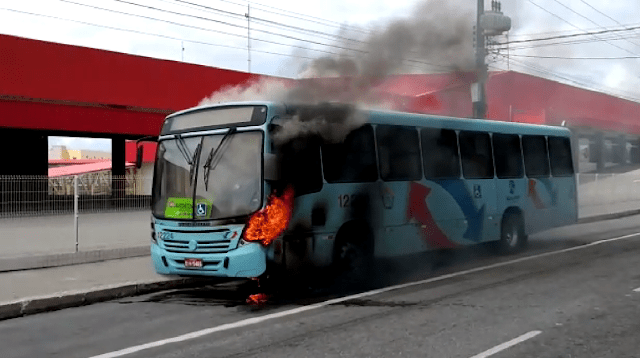 Ônibus pega fogo em Fortaleza após pane elétrica