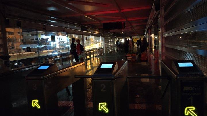 Estação do BRT Rio segue sem iluminação na Barra da Tijuca