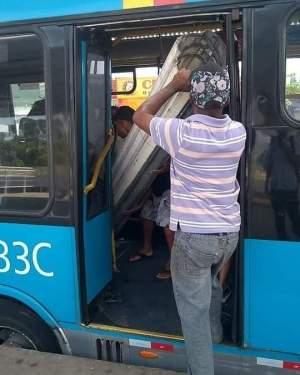 Ônibus do BRT Rio acaba sendo usado para transportar porta metálica