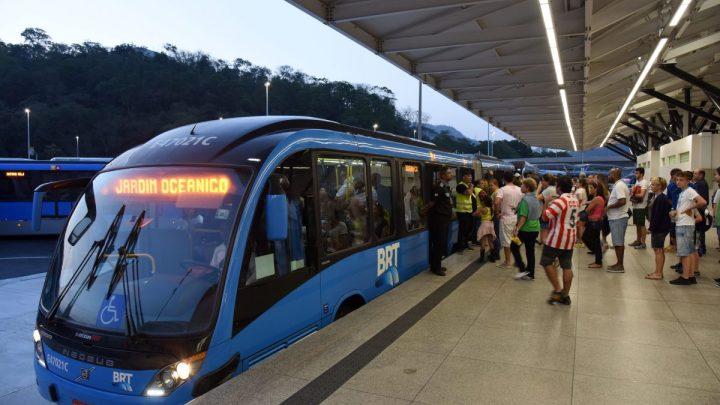 Prefeito do Rio diz que motorista do BRT poderá ser preso caso circule com passageiros em pé