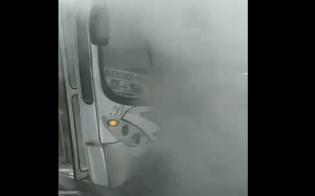 RJ: Ônibus da Transportes Blanco pega fogo na Via Dutra em Belford Roxo