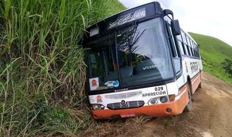 RJ: Ônibus da Viação Aparecida tomba na RJ-143  em Barra do Piraí