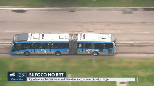 Ônibus do BRT Rio trafega com porta aberta nesta sexta-feira 3