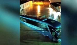 ES: Ônibus da Viação Aguia Branca é arrastado pela água em Iúna