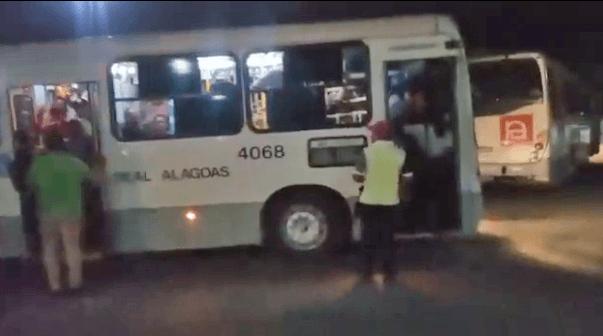 Moradores de Maceió reclamam de ônibus super lotados
