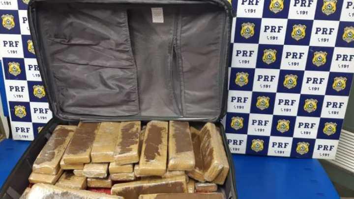 PRF prende passageira de ônibus transportando 25 kg de maconha na BR-116
