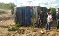 Ônibus de turismo que saiu do SP com destino a Pernambuco tomba na BR-116 no interior da Bahia