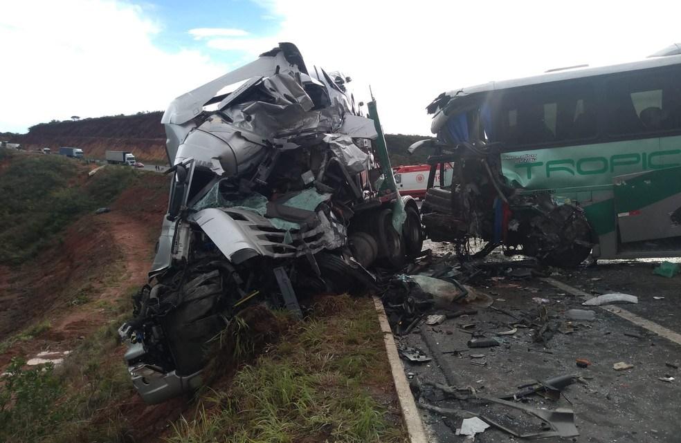 MG: Acidente entre ônibus e carreta deixa dois mortos e 14 feridos na BR-251 em Francisco Sá