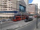 Bandido atira em estação tubo e deixa dois feridos no Centro de Curitiba
