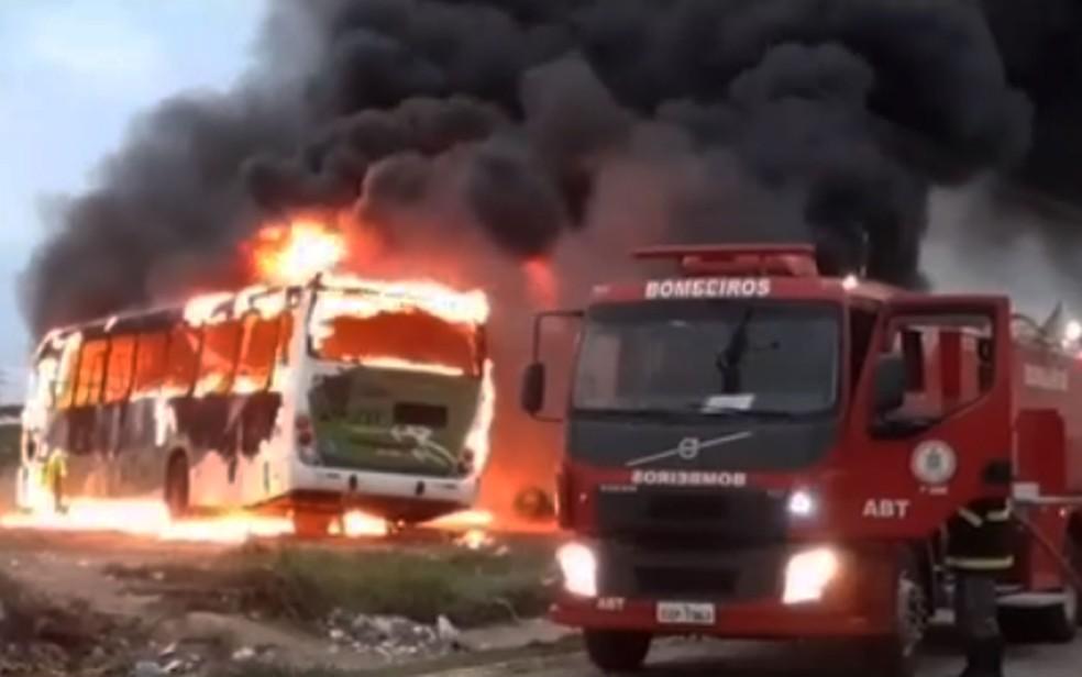 Bandidos incendiam ônibus urbano em Vitória da Conquista