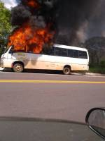 BA: Micro-ônibus pega fogo na BR-242 em Barreiras