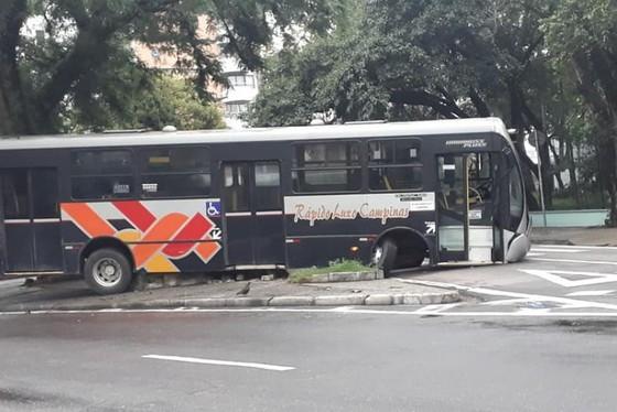 SP: Acidente com ônibus da Rápido Luxo Campinas deixa o trânsito lento em Jundiaí