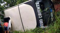 MG: Micro-ônibus com 25 pacientes tomba na BR-381 em Belo Oriente