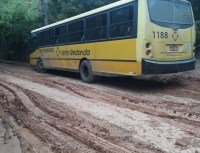 RJ: Ônibus da Sul Fluminense derrapa e bate em posto em Volta Redonda