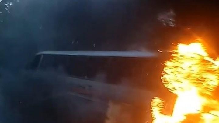 MG: Ônibus de turismo pega fogo na BR-040 nesta quarta-feira 15 em Juiz de Fora