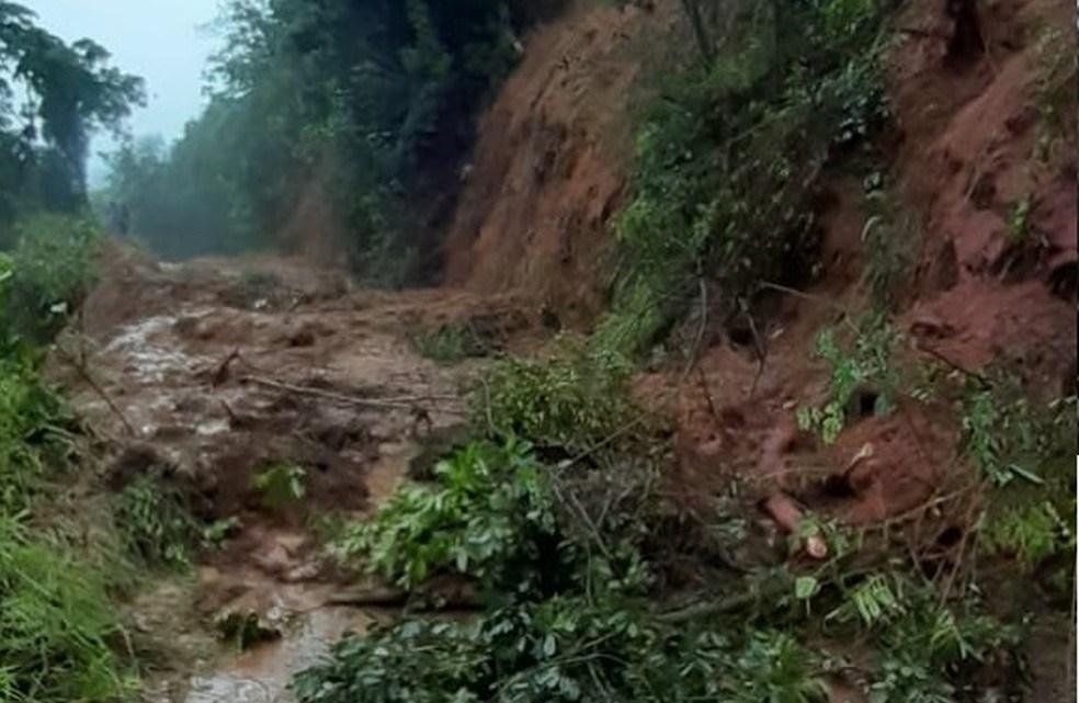 RJ: Estrada do Rio Preto segue bloqueada após deslizamento de terra em Resende