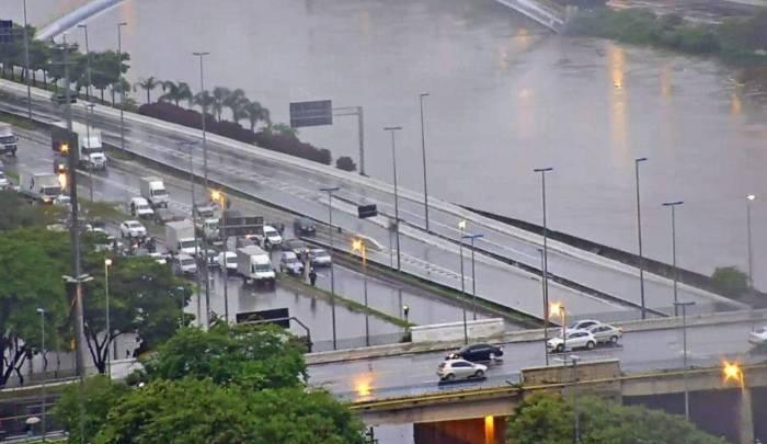 Chuva em São Paulo prejudica circulação de ônibus na cidade