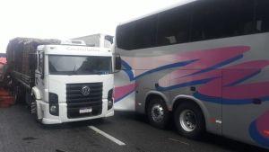 SP: Engavetamento causa interdição na Rodovia Régis Bittencourt neste sábado