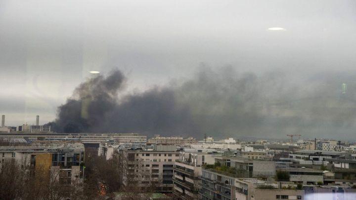 França: Estação de trem é atingida por incêndio em Paris e com isso, ônibus seguem circulando lotados