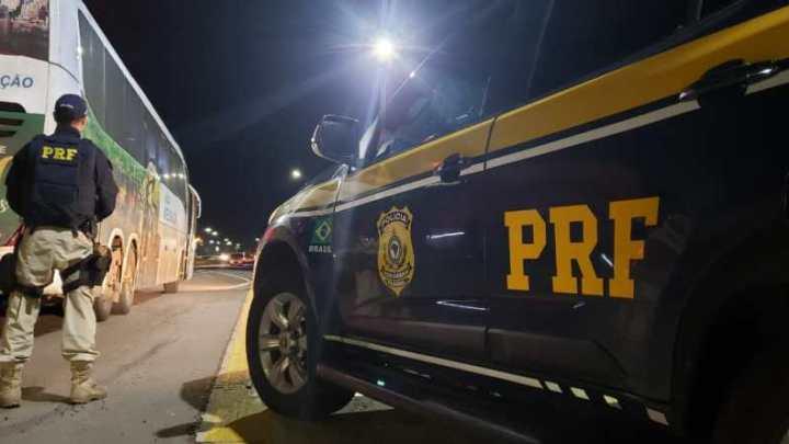 RS: PRF prende homem procurado pela justiça durante fiscalização em ônibus na BR-386