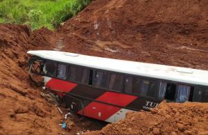 SP: Ônibus acaba caindo em cratera na Rodovia Marechal Rondon