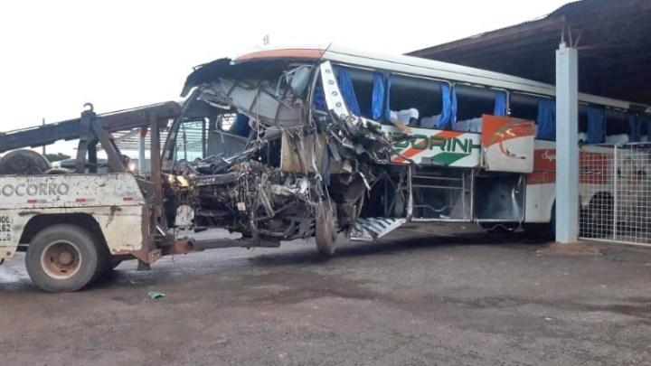 MT: Ônibus da Viação Andorinha fica destruído após acidente na BR-070