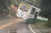 SP: Ônibus da Viação Lira sai da pista em Cabreúva