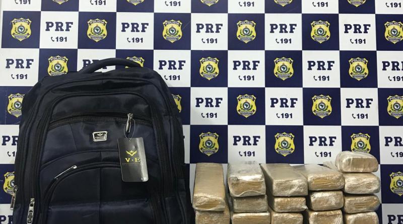 """BA: PRF prende passageiro de ônibus com mochila """"recheada"""" de maconha na BR-116"""