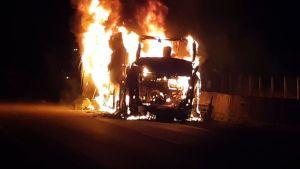 GO: Ônibus da Viação São Luiz pega fogo na BR-060 na noite desta segunda-feira