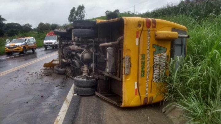 MG: Micro-ônibus tomba na BR-265 deixando seis feridos