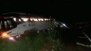 MG: Ônibus da Expresso União tomba na BR-365 em Monte Carmelo