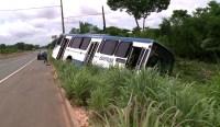 PI: Ônibus da Empresa Barroso sai da pista ao tentar desviar de caminhão na BR-343