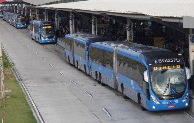 """BRT Rio faz """"adesivaço"""" contra a importunação sexual no carnaval"""