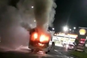 Ônibus pega fogo na Zona Leste de Manaus