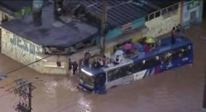 Com alagamento na Grande São Paulo passageiros sobem em teto de ônibus da EMTU em Itapevi