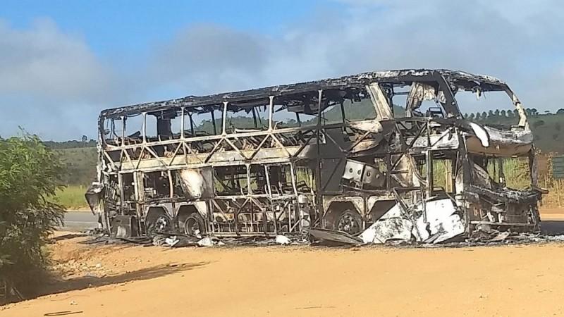 BA: Ônibus DD pega fogo na BR-101 em Itagimirim no Sul da Bahia