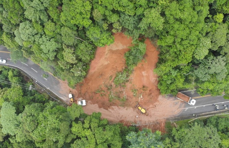 SP: Rodovia Rio-Santos é interditada no trecho de Maresias devido queda de barreira