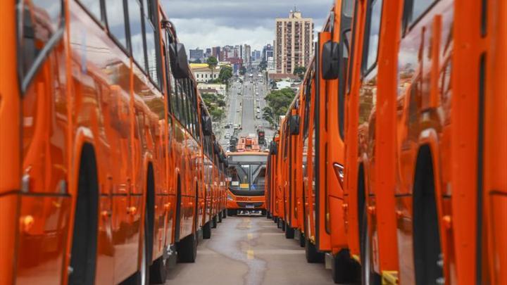 Prefeitura de Curitiba informa que a cidade alcançou a marca de 400 novos ônibus
