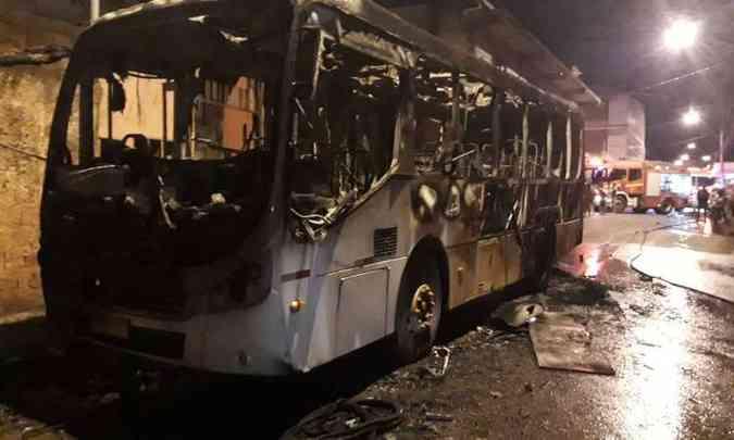 DF: Homens encapuzados incendiam ônibus em Ceilândia na noite desta terça-feira