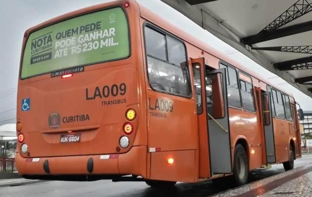 Passageira é ferida após vidro traseiro de ônibus se soltar durante viagem em Curitiba