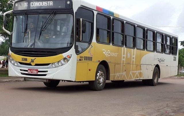 Assalto a ônibus em Rio Branco deixa um baleado e dois feridos por estilhaços