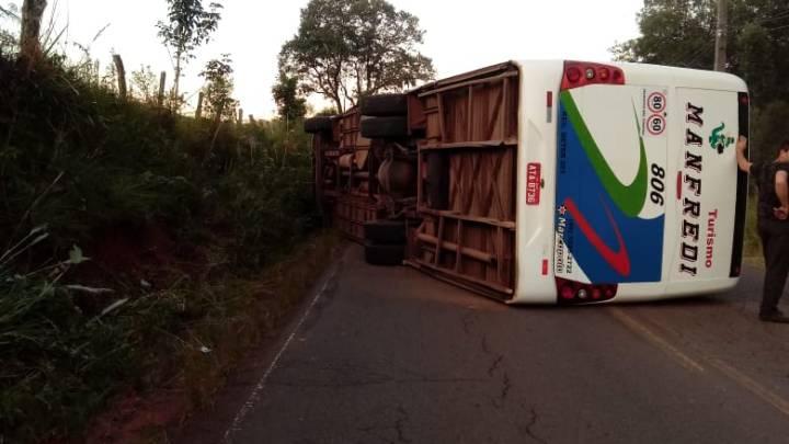 Ônibus acaba tombando nesta segunda-feira na rodovia SC-150 em Capinzal