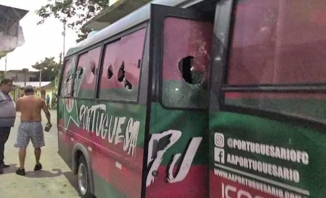 RJ: Micro-ônibus da Portuguesa é depredado e equipe agredida durante invasão de vestiário em Cabo Frio