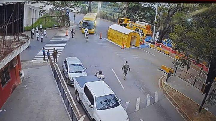 Ônibus com paraguaios cruzam a Ponte da Amizade rumo a Ciudad del Este neste sábado 28
