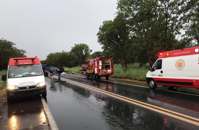 MG: Acidente envolvendo micro-ônibus e caminhão deixa 11 mortos e 16 feridos na BR-365 neste domingo