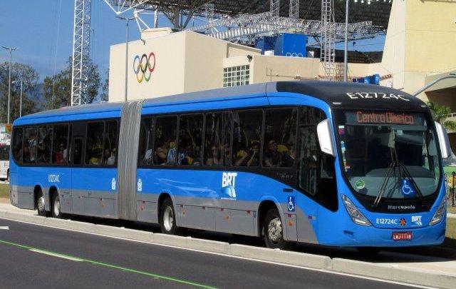 Ônibus do BRT Rio segue com passageiros em pé nesta tarde, contrariando prefeito Marcelo Crivella