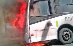 Ônibus pega fogo no Centro do Rio de Janeiro na tarde desta sexta-feira