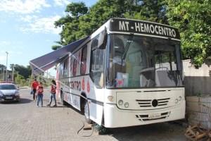 Ônibus do Hemocentro recebe doações de sangue no Centro de Cuiabá
