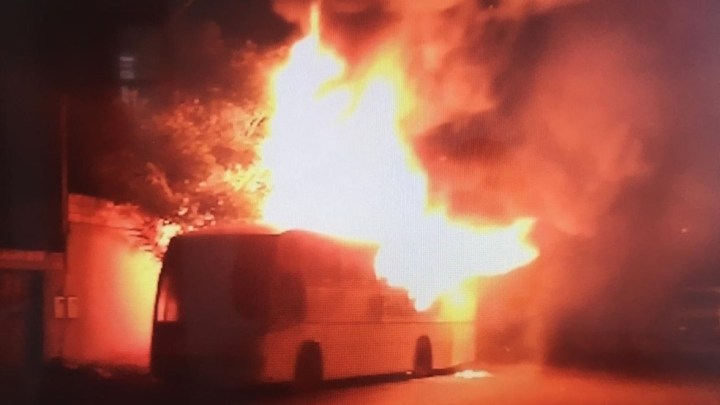 Ônibus pega fogo em Uberlândia na madrugada desta sexta-feira