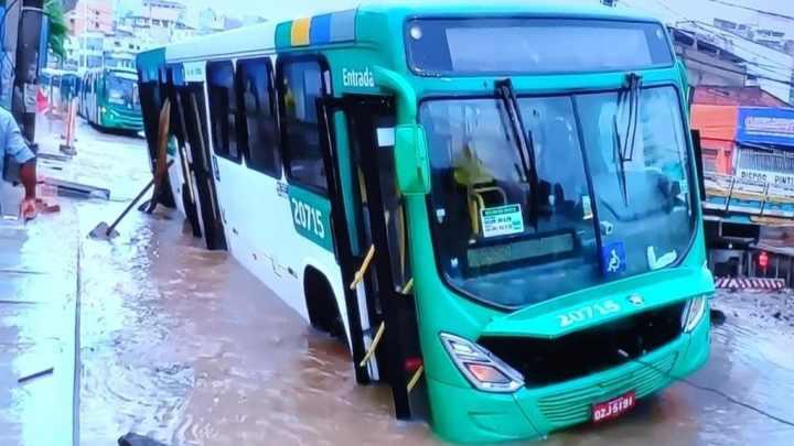 Salvador: Ônibus fica preso em buraco na região da Sete Portas
